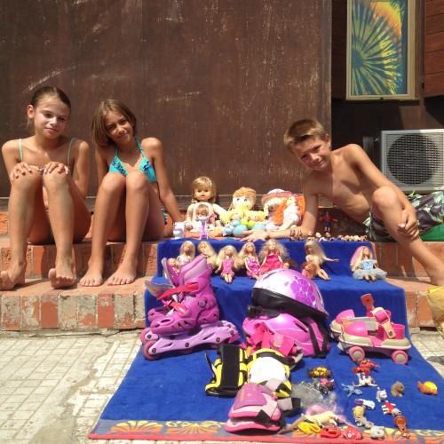 Au lido, vente de garage version plage et barbies, organisé par des kids.